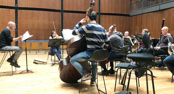 """קרן (משמאל) ונגני הפילהרמונית בחזרה למופע. """"יצירות שלא עומדות במבחן הזמן"""""""