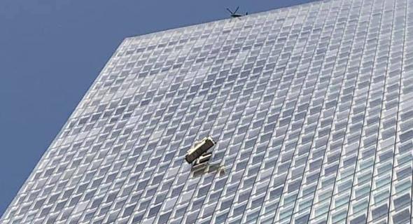 סכנת נפשות: אריח זכוכית צנח ממגדל עזריאלי שרונה