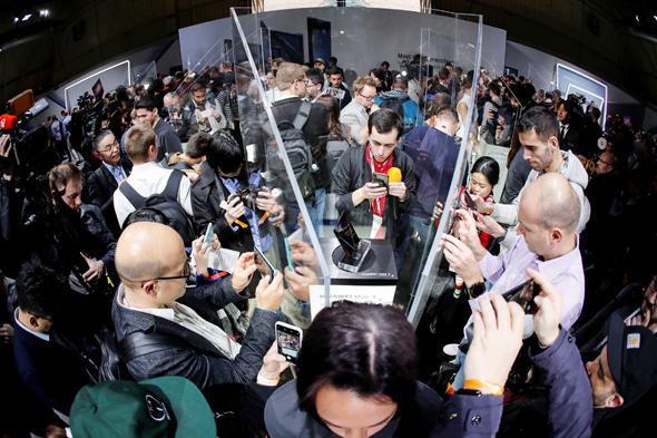 לראותו בלבד: הטלפון המתקפל של וואווי בתוך כלוב זכוכית