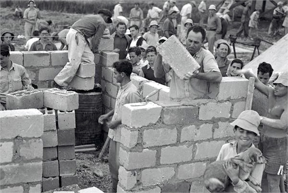 Building the first house in Kibbutz Yakum. Photo: Wikimedia/Jewish National Fund