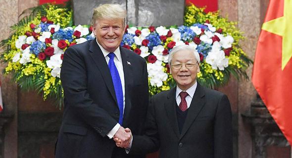 """מימין נשיא וייטנאם וון פור טרונג ונשיא ארה""""ב דונלד טראמפ, צילום: איי אף פי"""