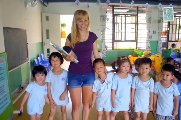 לימוד אנגלית בסין. השכר הממוצע של מורה זר לאנגלית עומד בסין על 12 אלף יואן שהם 6,500 שקל