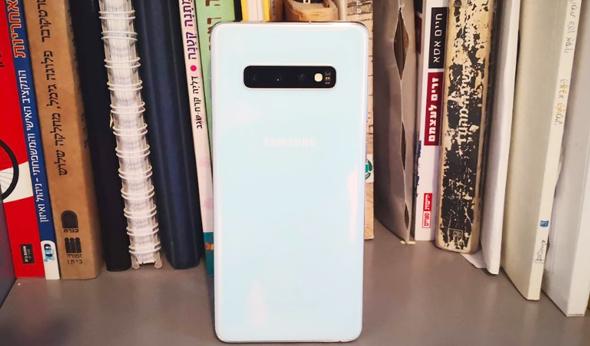 גב זכוכית לבנה, עליו שלוש מצלמות