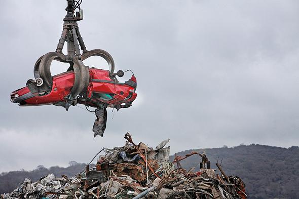 גריטת מכוניות, צילום: בלומברג