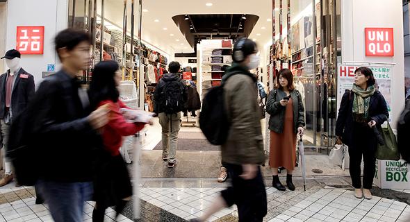 סניף יוניקלו בטוקיו, יפן. מנצלים את נקודות התורפה של המסחר המקוון