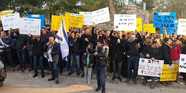 """עובדי פלאפון ובזק בינלאומי הפגינו מול ביתו של שלמה רודב: """"רוצים להחזיר אותנו לתקופה אפלה"""""""