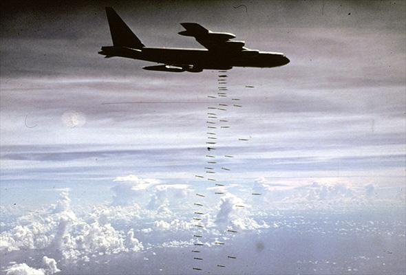 מפציץ B52 מטיס פצצות כבדות