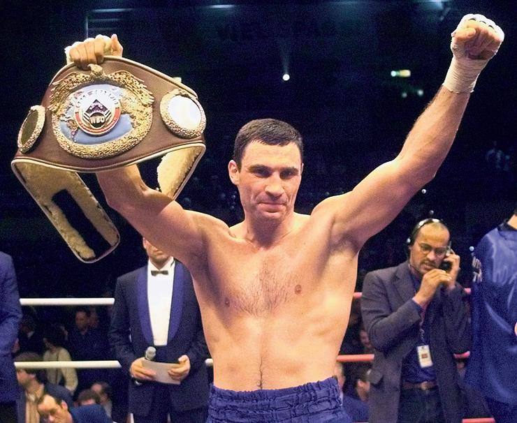 """קליצ'קו מניף, בראשונה, את חגורת אלוף העולם, המבורג, 1999. """"זה היה רגע טוב בחיים שלי"""""""