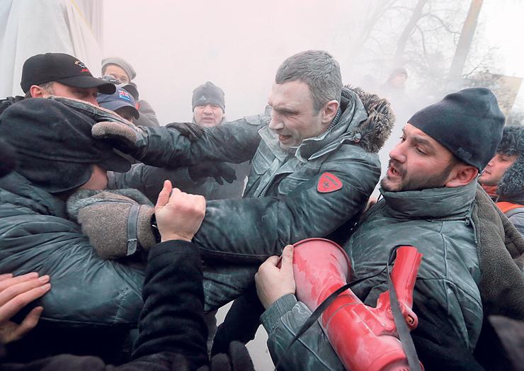 קליצ'קו מנהיג המחאה. הפגנת ענק בקייב, 2014. קליצ'קו מנסה להפריד בין מפגינים לשוטרים וחוטף התזה של חומר  התזה לכיבוי אש