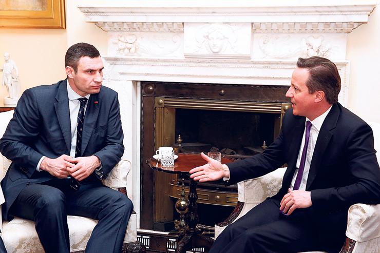 קליצ'קו הפוליטיקאי. דאונינג 10, לונדון, 2014. קליצ'קו (משמאל) עם ראש ממשלת בריטניה דיוויד קמרון, בפגישה על ההתפתחויות באוקראינה