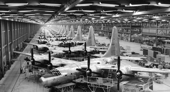 פס ייצור של מפציצי B32 במלחמת העולם השנייה, צילום: USAF