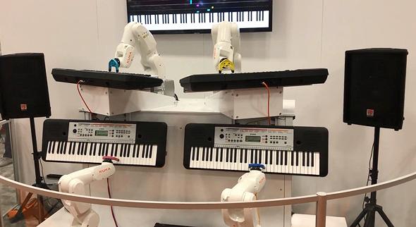 רובוטים מנגנים, מיצג בביתן של חברת רובוטיקה שמדגימה יכולת שיתוף פעולה בין רובוטים שונים, צילום: יואב צוקר