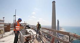 עובדים בתחנת הכוח של חברת החשמל בחדרה, צילום: אלעד גרשגורן