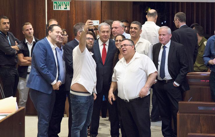 """ראש הממשלה נתניהו (במרכז) עם ח""""כים מהליכוד, אחרי אישור חוק הלאום, יולי. """"חלק מהדברים שנעשים בידי מנהיגי המדינה לא לוקחים בחשבון את הרגשות של יהודי העולם, וזה קשה"""""""