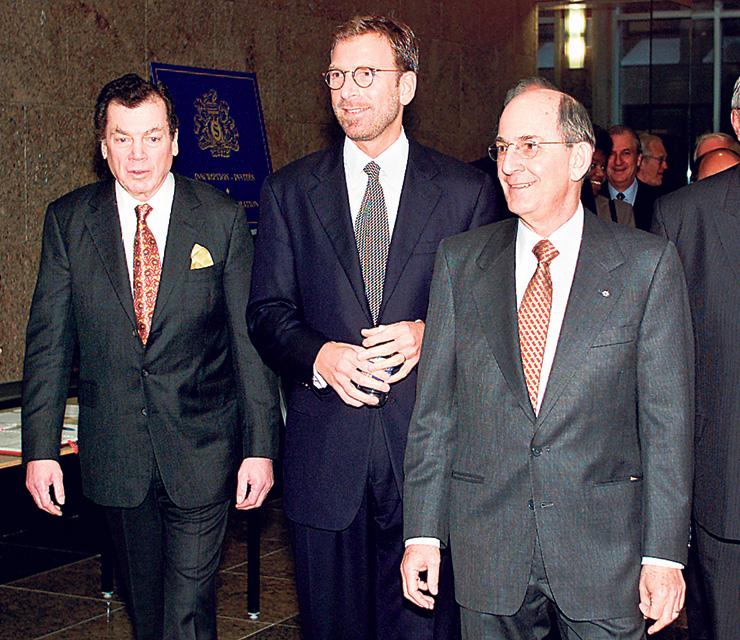 צ'רלס ברונפמן (מימין) עם אחיו אדגר (משמאל) ואחיינו אדגר ג'וניור באסיפת בעלי המניות של סיגראם, מונטריאול, 2000. יחסים משפחתיים מורכבים