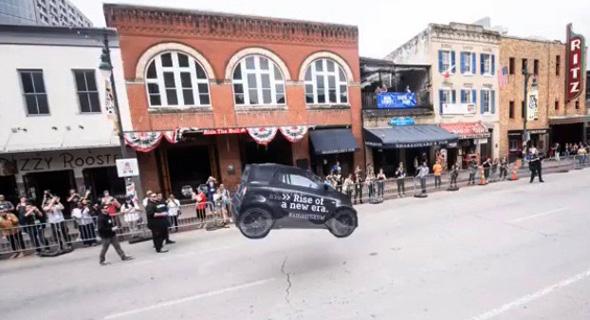 המכונית של דיימלר מרחפת במתחם התערוכה, צילום: יואב צוקר