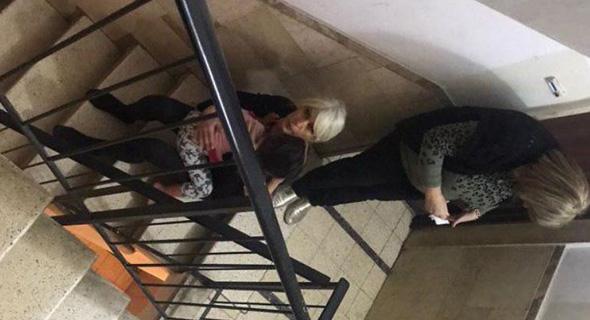 תושבים בחדר מדרגות ברמת גן