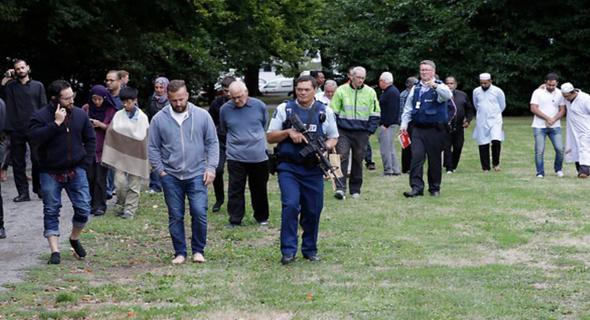 אזרחים וכוחות משטרה בסמוך לזירת הפיגוע