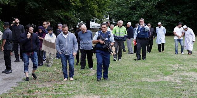 אזרחים וכוחות משטרה בסמוך לזירת הפיגוע, צילום: AP
