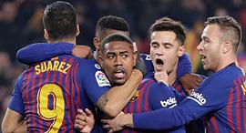 חיבוק שחקנים ברצלונה כדורגל, צילום: איי פי