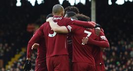 שחקני ליברפול מתחבקים. TWI גבוה, צילום: אי פי איי