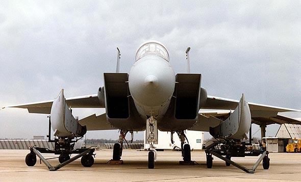 מיכלים צורניים משני צדי מטוס F15, לפני חיבורם
