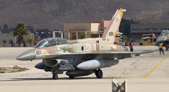 מטוס F16i של חיל האוויר הישראלי. שימו לב למיכלים הצורניים שמעל לכנפיים