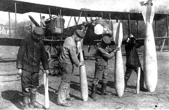 פצצות שונות של חיל האוויר הגרמני במלחמת העולם הראשונה. ברקע: מפציץ Gotha