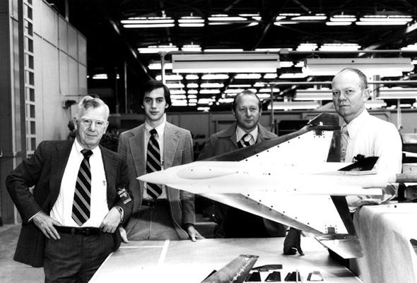 הארי הילאקר (ראשון משמאל), מהנדסי פרויקט 400 ודגם המטוס