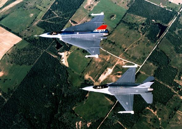 מטוס F16 סטנדרטי, ומעליו מטוס מדגם XL