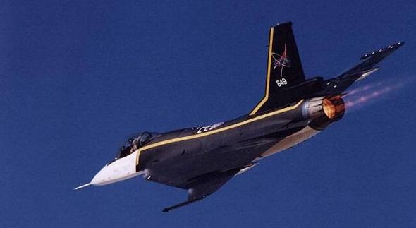 ה-F16XL במבער אחורי פתוח. הצבא העדיף כלי עם שני מנועים