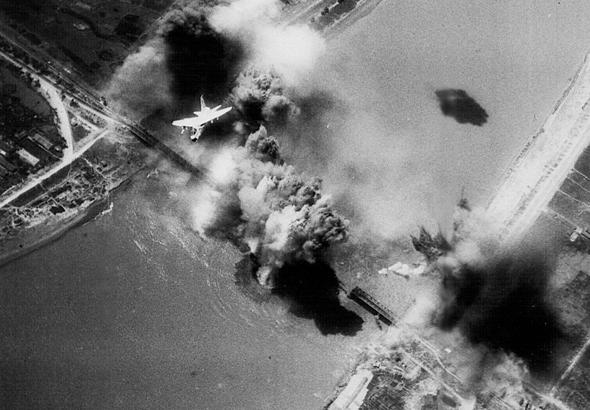 מטוסי A7 קורסייר מטילים פצצות על גשר בצפון וייטנאם