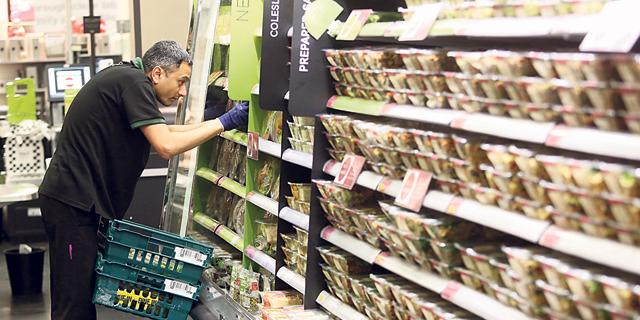 מרקס אנד ספנסר דוחקת בגדים ומקדמת מוצרי מזון