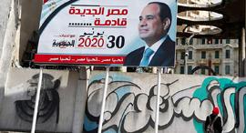 """כרזה באלכסנדריה, השבוע. הנשיא א־סיסי מבטיח """"מצרים חדשה"""", צילום: רויטרס"""