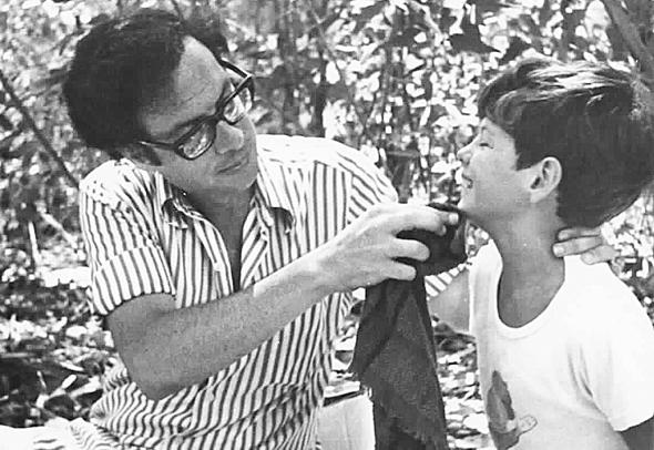 1976. שוויד בן ה־8 עם אביו דן, בפיקניק