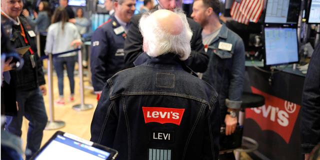 הסוחרים לבשו כחול בקאמבק של ליוויס בוול סטריט