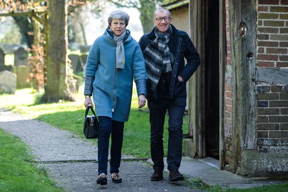 ברקזיט ראש ממשלת בריטניה תרזה מיי עם בעלה פיליפב יוצאת מכנסייה 24.3.19, צילום: גטי