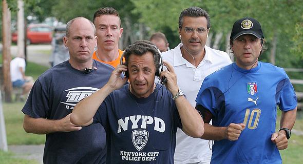 נשיא צרפת לשעבר ניקולא סרקוזי בג'וגינג עם אוזניות. עמידות לרטיבות היא חובה