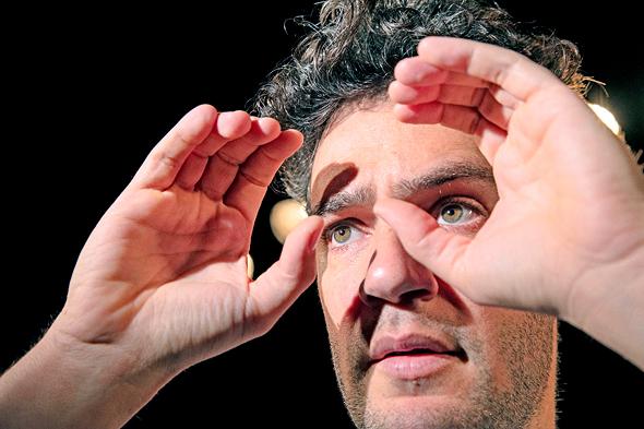 """יואב דונט ב""""הייתי שם"""", שיעלה בפסטיבל התיאטרונטו. גיבור א־פוליטי שרואה מקרוב גופות אזרחים מתפרקות, צילום: AHITI CHAM"""