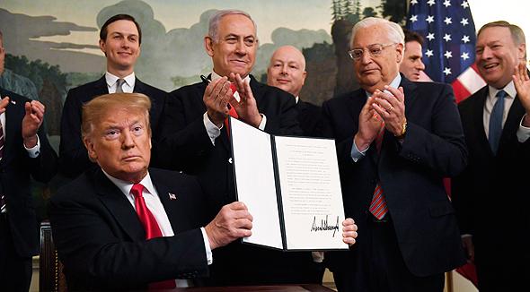 """דונלד טראמפ בנימין נתניהו חתימה נשיא ארה""""ב על צו הנשיאותי המכיר ב סיפוח הגולן 25.3.19, צילום: איי פי"""