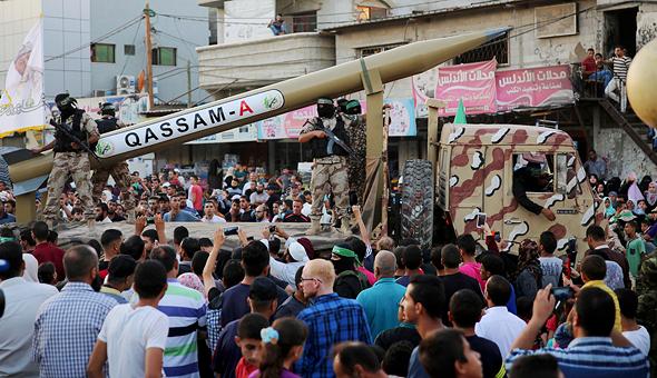 רקטת חמאס ארוכת טווח מוצגת בתהלוכה