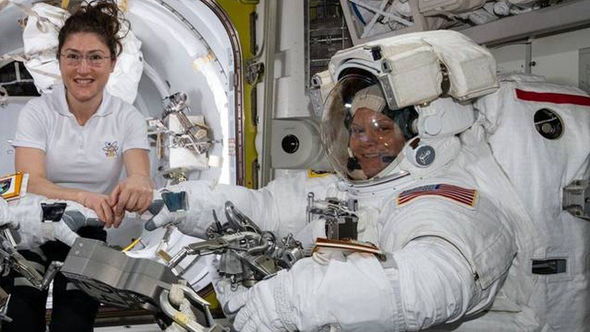 """האסטרונאוטיות אן מקליין כרסיטינה קוך. עד כה רק צוותים של גברים בלבד, וצוותים מעורבים, ביצעו הליכות חלל , צילום: נאס""""א"""