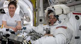 """אן מקליין וכרסיטינה קוך, אסטרונאוטיות בתחנת החלל, צילום: נאס""""א"""