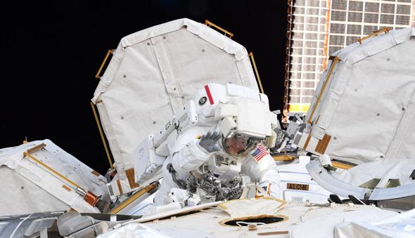 """האסטרונאוטית אן מקליין בחליפת חלל, צילום: נאס""""א"""