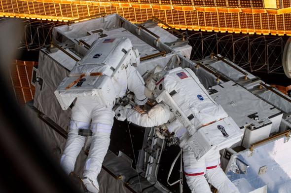 """אסטרונאוטים מבצעים עבודות מחוץ לתחנת החלל, צילום: נאס""""א"""