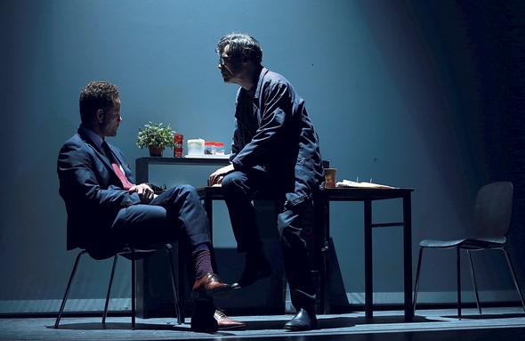 """דורון תבורי (מימין) ומיקי לאון ב""""משפט חוזר"""", שיעלה מחר בתיאטרון גשר. סצנות קצרות, עלילה מפותלת, מסכים עולים ויורדים , צילום: אוראל כהן"""