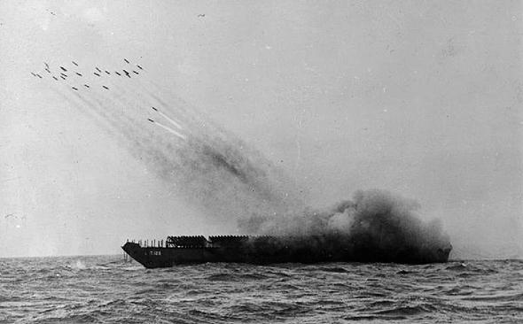 ספינה ארטילרית משגרת רקטות במלחמת העולם השנייה, במסגרת מבצע להרעשת חוף