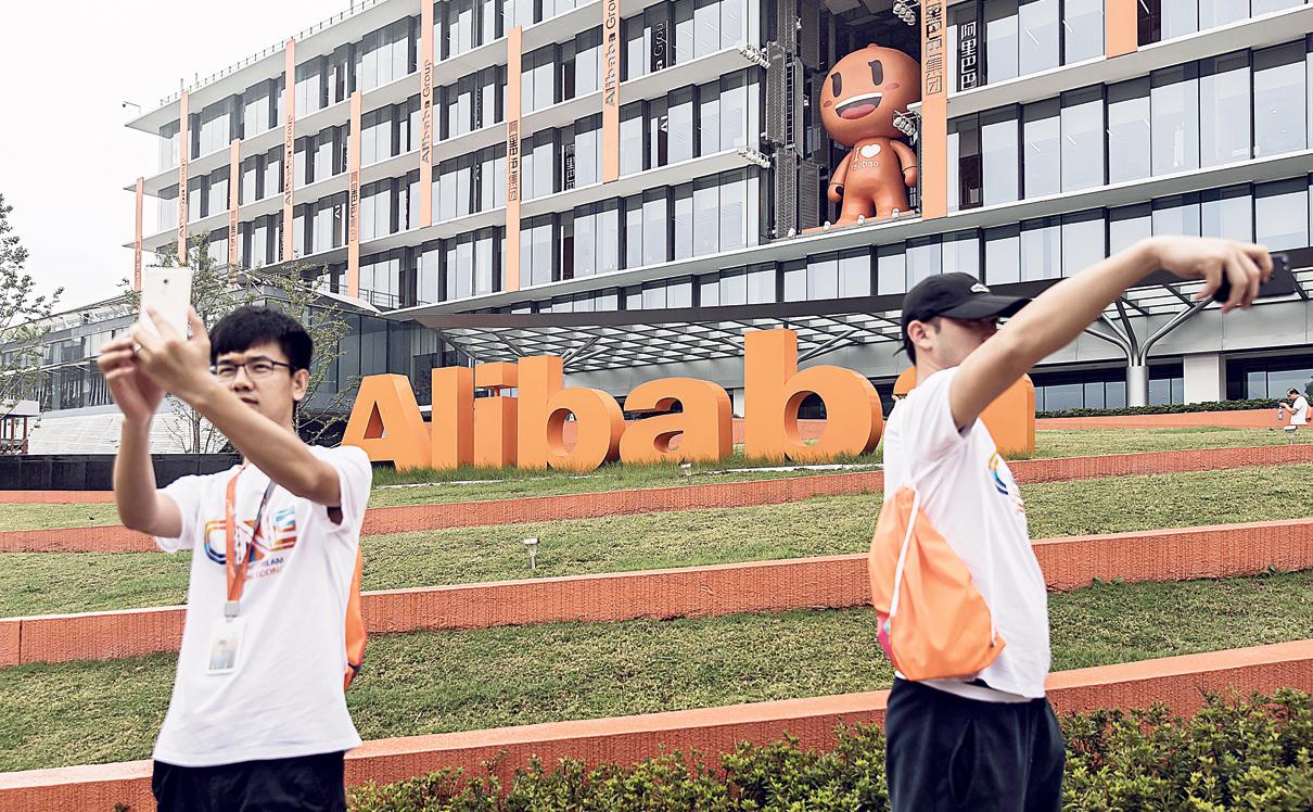 """הכניסה לקמפוס עליבאבא. ברקע פסל של """"טאו"""", אחד מקמעות החברה , צילום: בלומברג"""