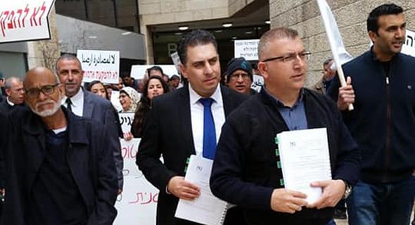 """מימין: סוהיל מלחם ראש העיר ג'דיידה ומאחוריו עו""""ד קייס נאסר"""