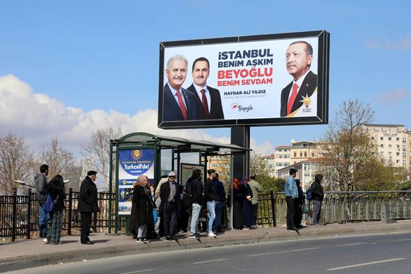שלט בחירות באיסטנבול, צילום: בלומברג